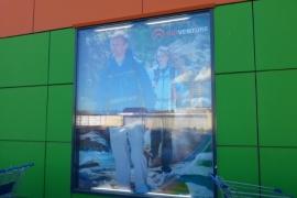 баннер в окне для спортивного магазина